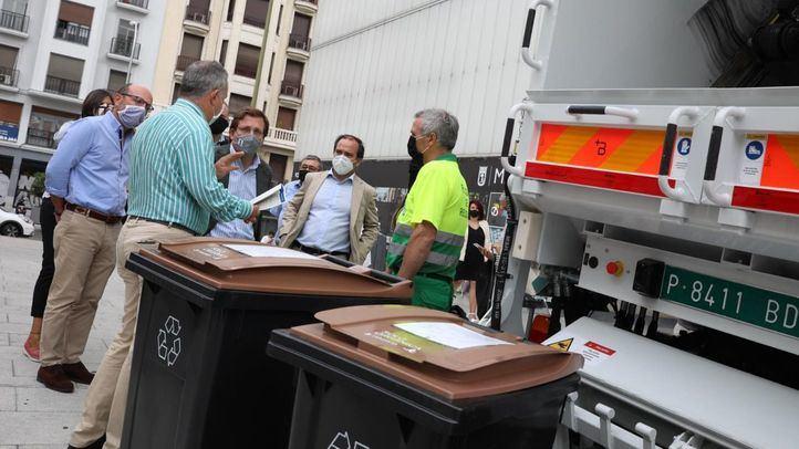 José Luis Martínez-Almeida, Borja Carabante y Miguel Ángel Redondo en la presentación de la implantación del cubo marrón en el distrito Centro.