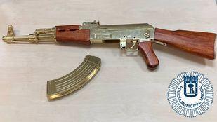 Fusil de asalto simulado que fue requisado