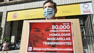 Un hombre sordo reúne más de 80.000 firmas para homologar las mascarillas transparentes