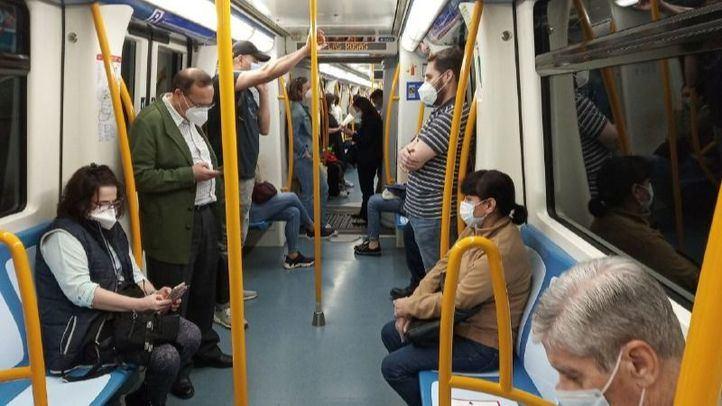 Viajeros con mascarilla en el metro