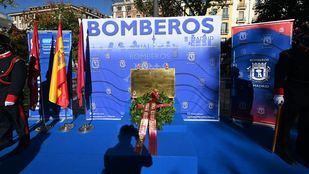 La Covid no impide celebrar el homenaje anual a los bomberos fallecidos en los Almacenes Arias