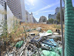 La obra inacabada de Plaza de España, convertida en un vertedero por los