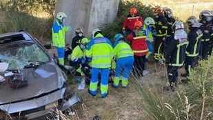 El hombre se ha precipitado desde la carretera a un campo, y ha quedado atrapado bajo un puente sobre el río Guadarrama