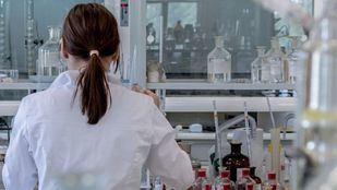 Jarro de agua fría con la vacuna de la Covid-19: el ensayo de AstraZeneca queda congelado