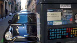 Parquímetros con el aviso de prohibido aparcar por alta contaminación del SER (servicio de estacionamiento regulado).