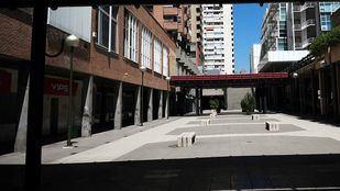 Bajos de Azca, patios entre edificios con los túneles de discotecas a la izquierda y edificios de oficinas