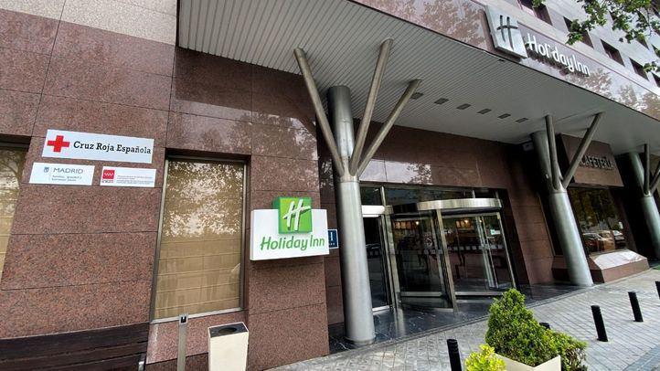Entrada al hotel Holiday Inn Madrid Las Tablas, habilitado por el Ayuntamiento de la capital para alojar a personas sin hogar con síntomas leves de Covid-19, en Madrid (España), a 16 de abril de 2020.