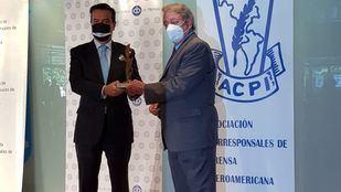 Eduardo López-Puertas, director de Ifema, recogiendo el premio de la ACPE