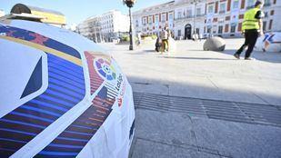 Los bolardos de Sol, balones de fútbol para promocionar la vuelta de La Liga