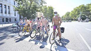 Los ciclistas, desnudos para protestar por la contaminación, el tráfico y los accidentes