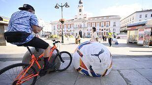 El Ayuntamiento retira los balones de LaLiga que cubrían bolardos en Sol para evitar lesiones