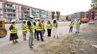 La vicealcaldesa, Begoña Villacís, y el delegado de Desarrollo Urbano, Mariano Fuentes, visitan la rehabilitación del solar en la calle Amadeo Fernández para construir una plaza arbolada.