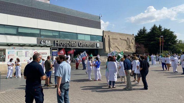 Concentración de sanitarios a las puertas del Hospital de la Paz