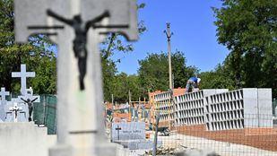 Construcción de nuevos nichos y columbarios en el cementerio de la Almudena, gestionado por la Funeraria Municipal.