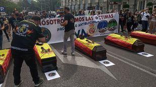 Policías y guardias civiles protestan en el Congreso por el pésame de Sánchez a un etarra