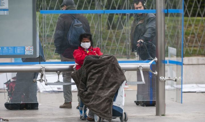 Una persona sin hogar llega a Ifema para instalarse en el recurso para 'sintecho' municipal.