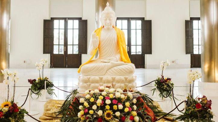 Dos toneladas de peso y en jade blanco birmano: la réplica del Buda de Carmena viaja a Cáceres