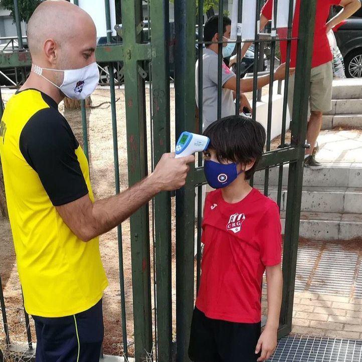 El presidente, Jesús Sánchez, tomando la temperatura a un jugador del Benjamín B