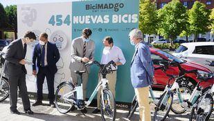Borja Carabante comprueba el despliegue de las bicicletas eléctricas de BiciMad Go en el distrito de Hortaleza .
