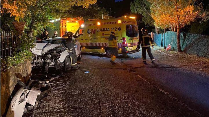 Cuatro heridos tras un choque frontal de un turismo contra un muro en Collado Villaba