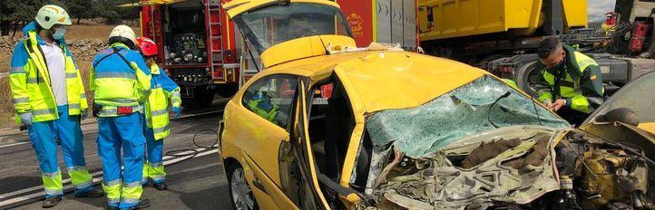 Herida grave tras quedar atrapada en su coche al impactar contra un camión en la M-607