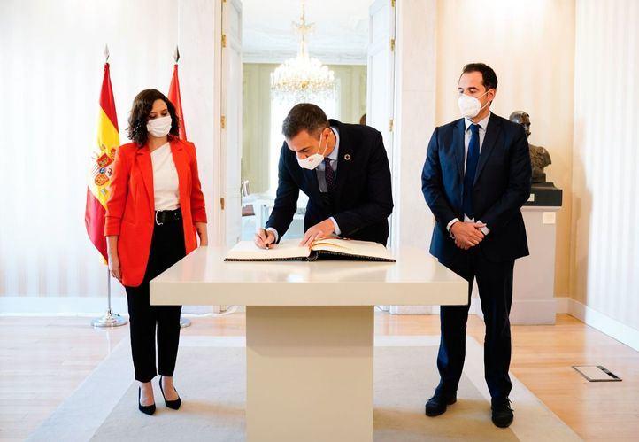 Isabel Díaz Ayuso recibe a Pedro Sánchez para tratar el tema de la pandemia en la región madrileña