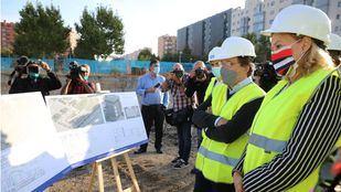 El alcalde de Madrid, José Luis Martínez-Almeida, visita las obras de los nuevos centros de día de alzhéimer y de servicios sociales que el Ayuntamiento está construyendo en el Ensanche de Vallecas.