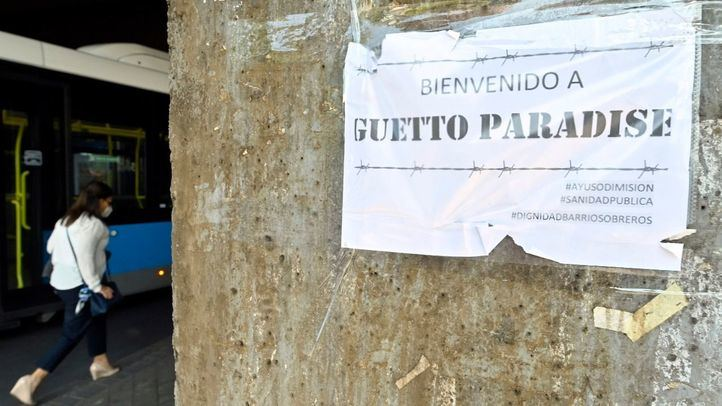 'Guetto Paradise' o 'You are living the south sector': carteles en Puente de Vallecas contra las restricciones