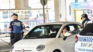 Dos agentes de Policía informan a una conductora