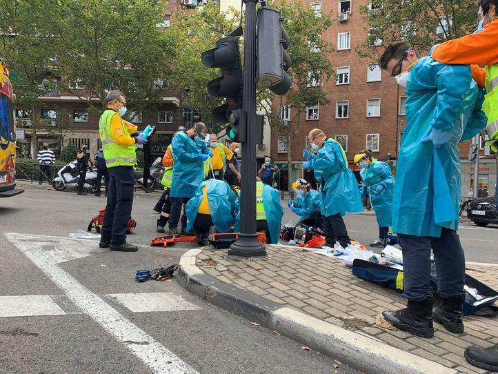 En estado crítico un motorista tras chocar contra una semáforo en Santa María de la Cabeza