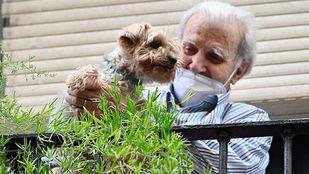 Piso donde vive Paco, hombre al que se quiere desahuciar, con su perro.