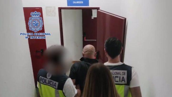 Momento de la detención del hombre, que seccionó el cuello de su pareja