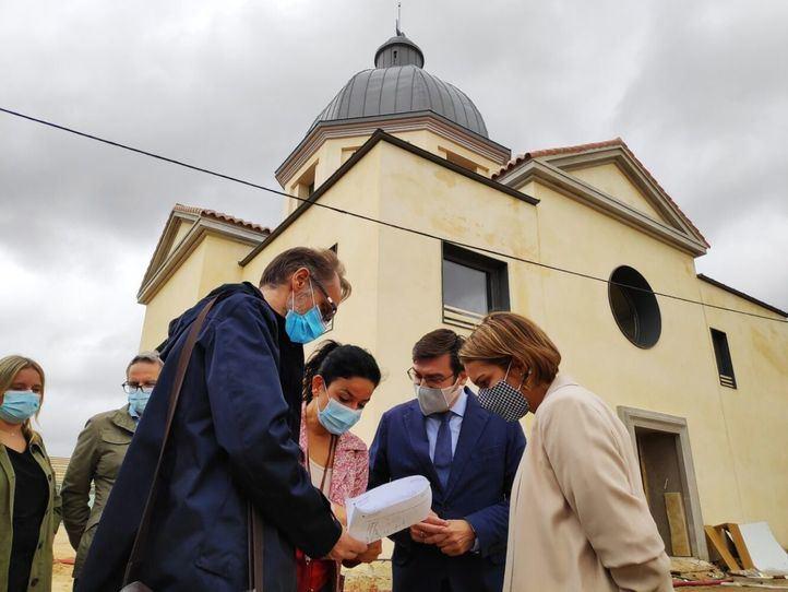 El concejal delegado de Vivienda, Álvaro González, y la concejala del distrito, Loreto Sordo, han visitado hoy la fase final de las obras de la Iglesia Maris Stella de Usera.