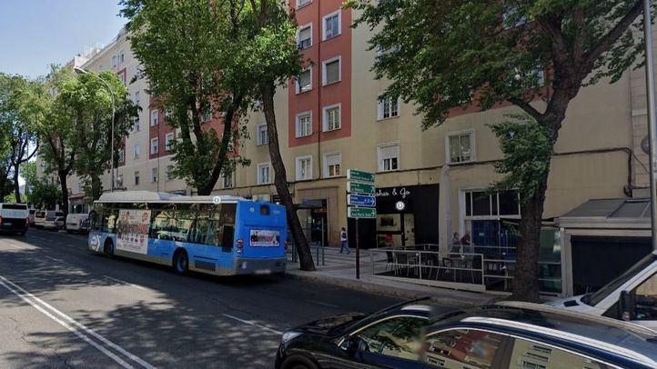 Un conductor herido leve tras desplomarse un árbol sobre un coche en Príncipe de Vergara
