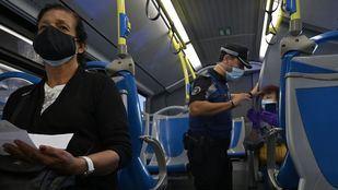 Control policial en un autobús