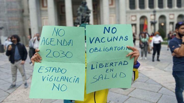 Los negacionistas se concentran en el Prado al prohibir la Delegación la protesta en Colón