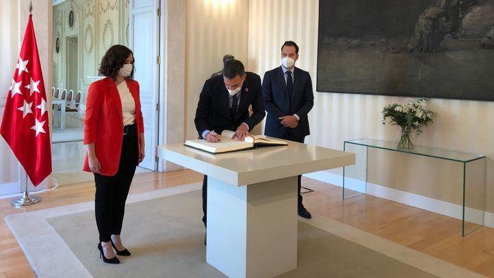 El presidente del Gobierno, Pedro Sánchez, junto a la presidenta de la Comunidad de Madrid, Isabel Díaz Ayuso, y el vicepresidente Ignacio Aguado
