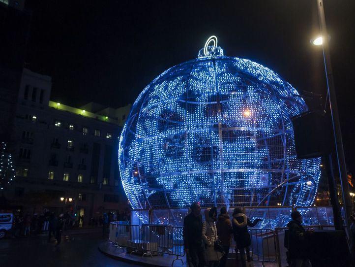 Madrid comienza a instalar las luces de una Navidad que se presenta 'muy distinta'