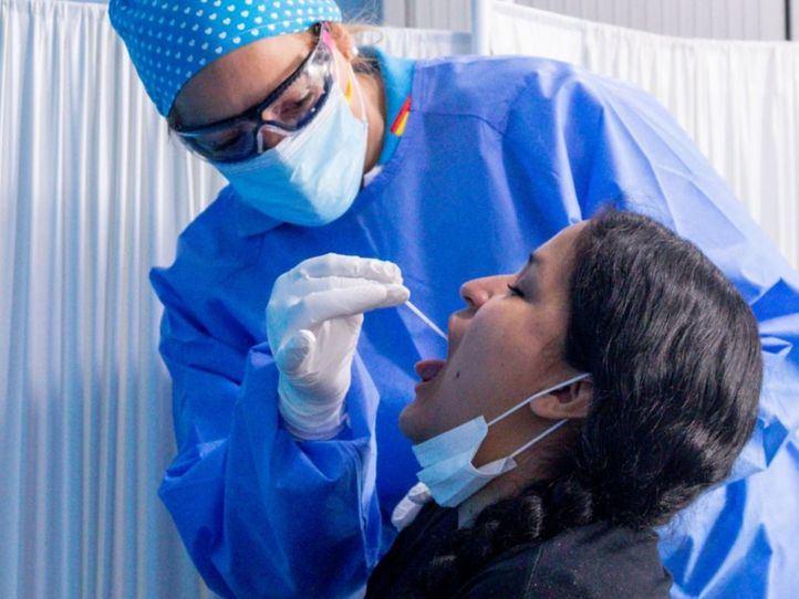 Una mujer se realiza una PCR en Carabanchel durante las pruebas masivas