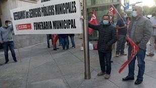 Trabajadores de la funeraria municipal de Madrid se concentran frente al Ayuntamiento de Madrid