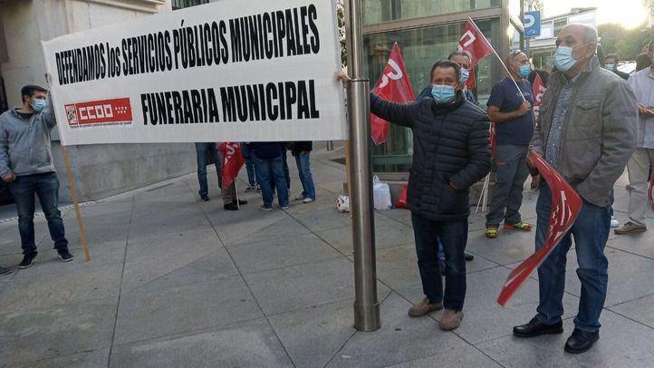 Los trabajadores de la Funeraria Municipal, en huelga frente a Cibeles para exigir más personal