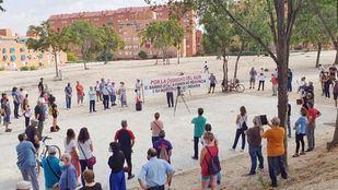 Concentración en San Fermín para exigir que no se construya un parking disuasorio en la parcela destinada a un instituto.