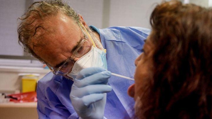 Un sanitario realiza una PCR