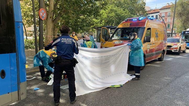 Un autobús de la EMT atropella a una mujer en la plaza de Tirso de Molina