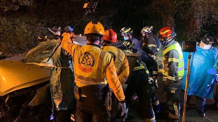Heridas dos personas tras perder el control de su coche y chocar contra una farola