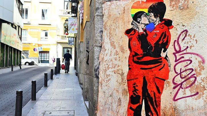 El beso de las dos protagonistas de La Casa de Papel en la calle Gravina.