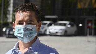 Marcos Lechet, sordo desde los 5 años, reúne 80.000 firmas para homologar las mascarillas transparentes
