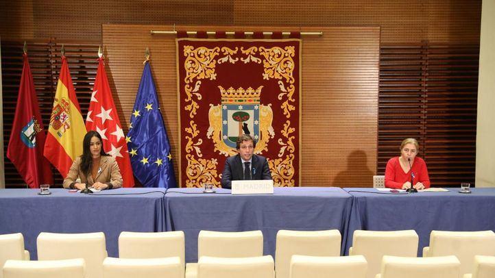 El alcalde, José Luis Martínez-Almeida, la vicealcaldesa, Begoña Villacís, y la delegada de Seguridad y Emergencias, Inmaculada Sanz, en la rueda de prensa posterior a la Junta de Gobierno.