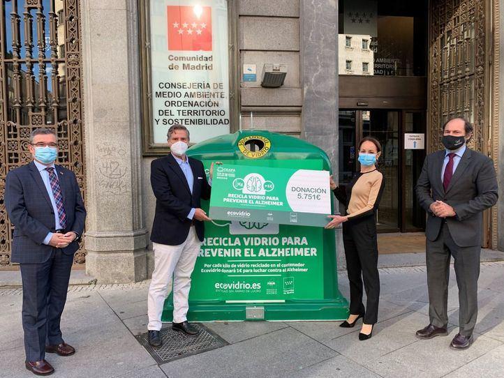 Los madrileños transforman el reciclado de vidrio en 5.751 euros para la lucha contra el Alzhéimer