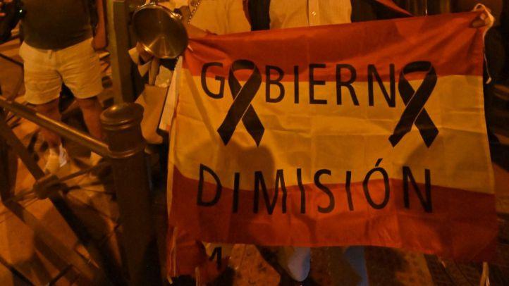 Concentración ante la sede del PSOE en la calle Ferraz